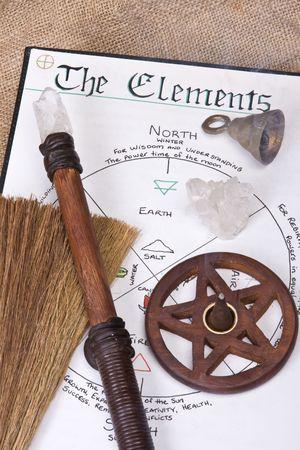 pentacle: Wiccan strumenti sulla parte superiore del Libro delle Ombre con campana bacchetta e incensiere pentacolo Archivio Fotografico