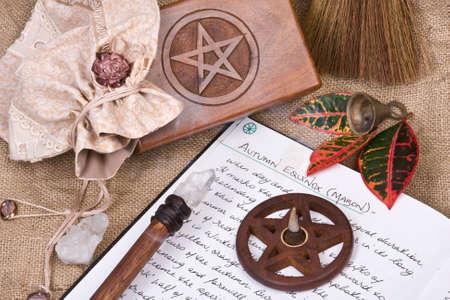 pentacle: legno pentacolo con bruciare l'incenso con la mano scritta Libro delle Ombre e la caduta foglie - equinozio d'autunno rituale Mabon