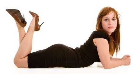 belles jambes: Beau Roux se couchant et regardant lappareil-photo