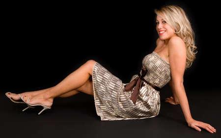 belles jambes: Beautiful Blonde Girl isol� sur noir