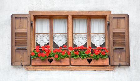 유럽의: Old European wooden windows with shutters and flowers.