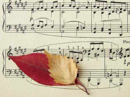simbolos musicales: vieja hoja de s�mbolos musicales con las hojas oto�ales coloridas