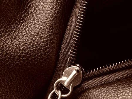 chaqueta de cuero: tonos sepia muestra de cuero con cierre de cremallera fragmento de primer plano de metal Foto de archivo