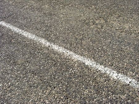 mediaan: oude asfalt weg met mediaan strip