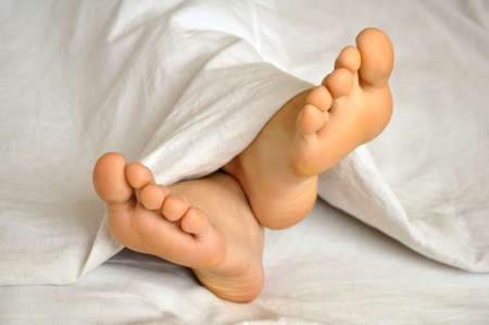 barfu�: Schlafen teen girl feet unter der Decke