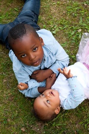 niños de diferentes razas: Felices los niños pequeños están teniendo un buen día en el parque LANG_EVOIMAGES