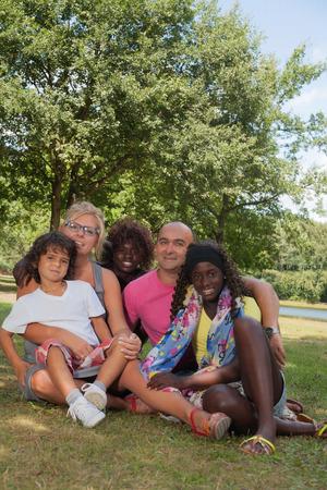 ni�os de diferentes razas: Familia multicultural feliz que tiene un agradable d�a de verano LANG_EVOIMAGES