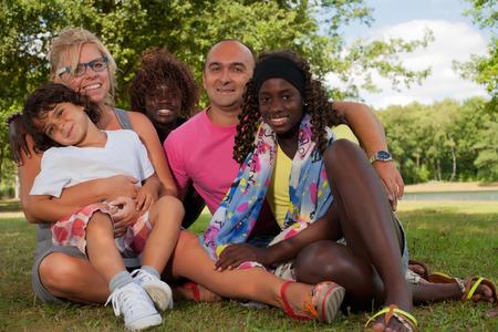 niños de diferentes razas: Familia multicultural feliz que tiene un agradable día de verano LANG_EVOIMAGES