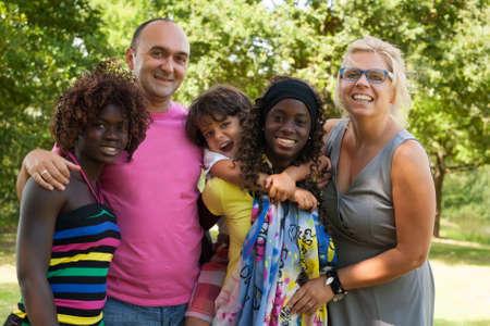 cultural diversity: Familia multicultural feliz que tiene un agradable d�a de verano LANG_EVOIMAGES