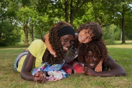 dat: Bambini africani felici che hanno una bella dat al parco
