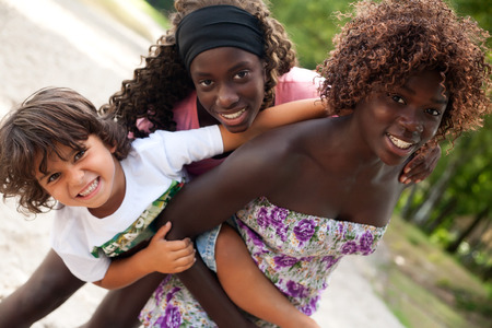 dat: Happy bambini africani che hanno un bel dat al parco