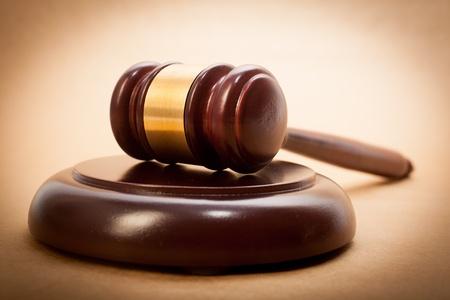 martillo juez: Un mazo de madera y caja de resonancia sobre un fondo marr�n claro.