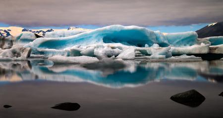 jokulsarlon: The sun sets over the famous glacier lagoon at Jokulsarlon