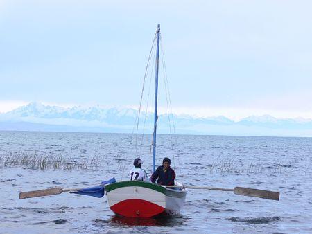 """encrespado: Esta foto fue tomada a escasos metros fuera de 'Isla del Sol """"en Bolivia. Los nevados se puede ver en la distancia, as� como la vegetaci�n que fuera del agua. El agua aqu� es bastante agitado como una tormenta est� a punto de golpear"""