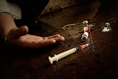 droga: Concetto di abuso della droga. Lo sguardo di Grunge, grano leggero ha aggiunto. Chiave bassa.