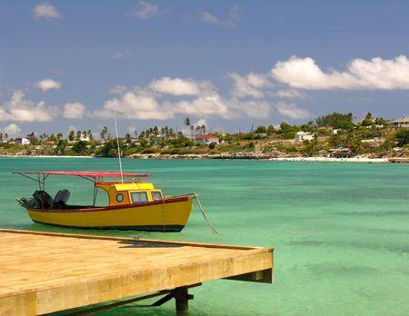 vlonder: Een kleine vissersboot met een voetgangersbrug ...
