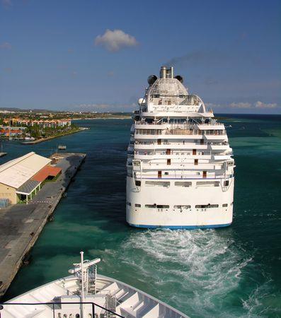 cruiseship: Un crucero de abandonar el puerto ... Foto de archivo