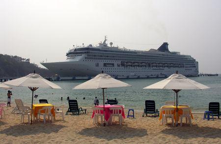 cruiseship: Gran crucero atraque cerca de una playa Foto de archivo