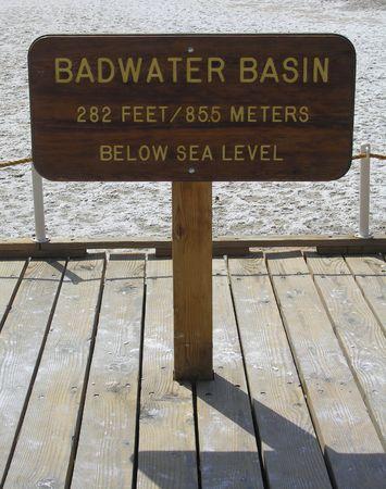 the deepest: Badwater Cuenca en el Parque Nacional Valle de la Muerte - el punto m�s profundo en los EE.UU. 282 pies bajo el nivel del mar  Foto de archivo