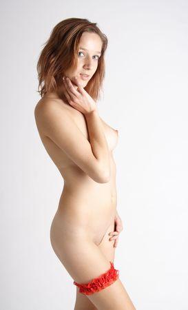 jeune femme nue: Nu belle jeune femme habill�e avec une jarreti�re rouge  Banque d'images
