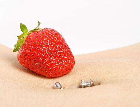 ombligo: Primer de una perforaci�n del bot�n de vientre con una fresa roja sabrosa