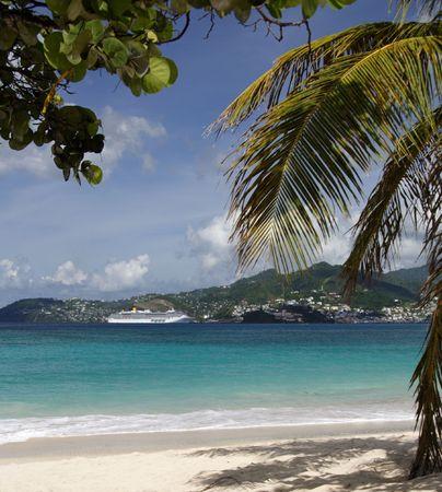 cruiseship: Hermosa playa caribe con un cruiseship en el fondo