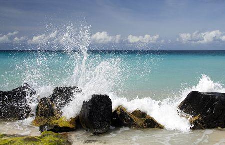 spruzzi acqua: Spruzzi d'acqua su una bella spiaggia caraibica Archivio Fotografico