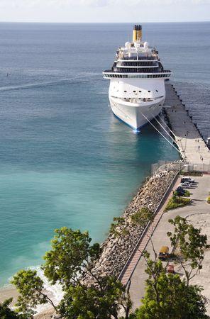 cruiseship: Cruiseship atraque en un puerto caribe