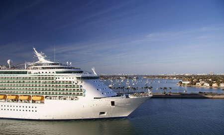 cruiseship: Un crucero de abandonar el puerto de Miami