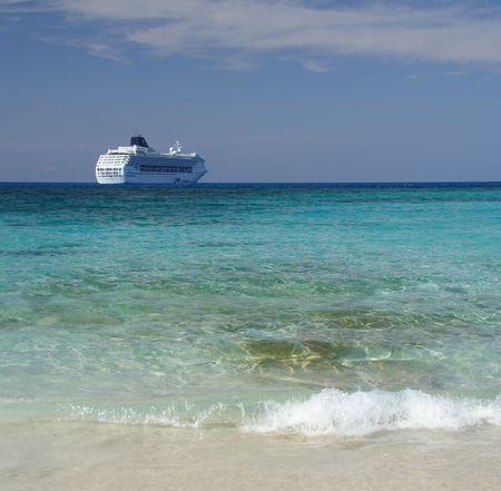 cruiseship: Con una laguna azul crucero en el fondo