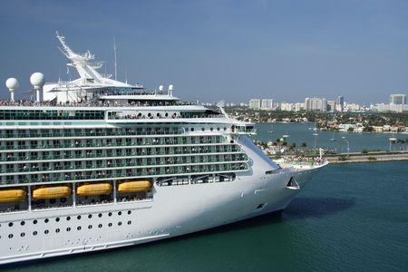 cruiseship: Un cruiseship que sale del puerto Foto de archivo
