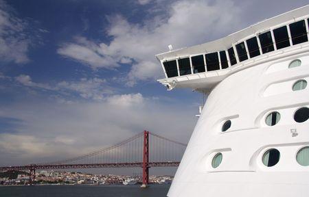 cruiseship: Frente a un gran crucero y el puente de cuerda en el fondo