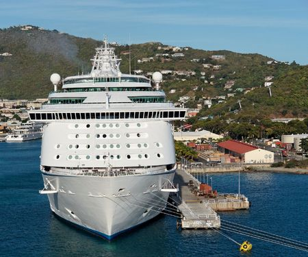 docked: Un barco crucero atracado en un puerto caribe