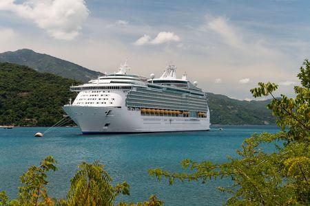 cruiseship: Crucero de anclaje en una bah�a Caribe