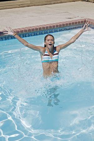 Muchacha modelo del preteen del lanzamiento 358, gozando de un d�a en la piscina Foto de archivo - 636790