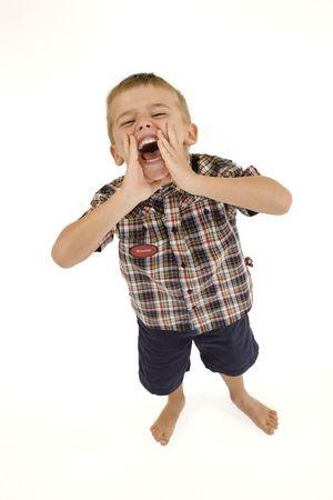 ni�o parado: Cuatro a�os muchacho de pie sobre fondo blanco gritando y llevar ropa casual