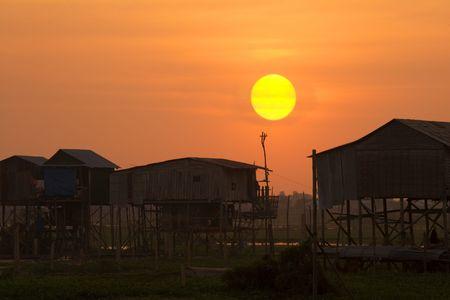 underprivileged: Tramonto in un villaggio rurale in Cambogia