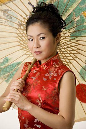 diversidad cultural: Hermosa mujer china en la ropa tradicional china