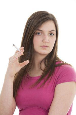 joven fumando: Tennage la celebraci�n de una muestra de cigarrillos un fondo blanco