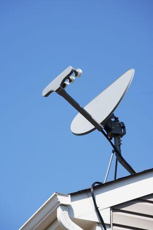 satelite: Antena parab�lica situada en el tejado de una casa