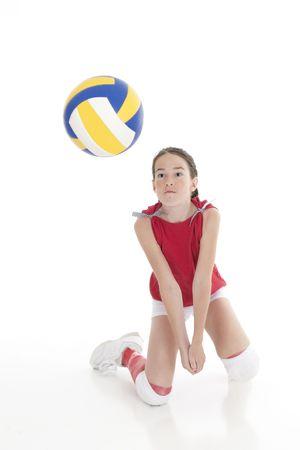 voleibol: Cute ni�a blanca golpear la bola en el voleibol