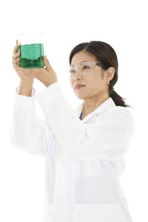 investigador cientifico: Beautiful t�cnico de laboratorio de Asia el estudio de un vaso de l�quido