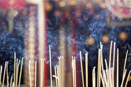 incienso: Incienso dejado encendida por los fieles en Wong Tai Sin Temple también conocido como Sik Sik Yuen Wong Tai Sin Temple, es un templo taoísta se encuentra en Kowloon, Hong Kong, China Foto de archivo
