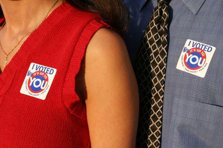 głosowało: mężczyzna i kobieta w głosowaniu Zdjęcie Seryjne