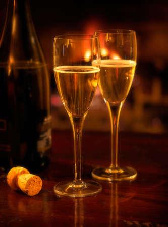soft focus: Dos vasos de champa�a iluminado por firelight, enfoque suave  Foto de archivo