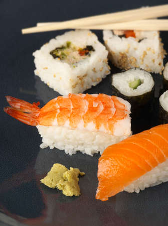 saumon fum�: Un japonais inspir� repas avec Sushi Nigiri crevette saumon fum�
