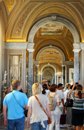 pontiff:  Italy, Rome, Vatican, August, 26th, 2008: Tourists in  Internal court yard of Vatican, Vatican city, Rome, Italy