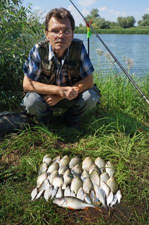 karausche: Morgen-Fischerei auf Fluss Chagan in Kasachstan, Karausche (Fluss Karpfen)