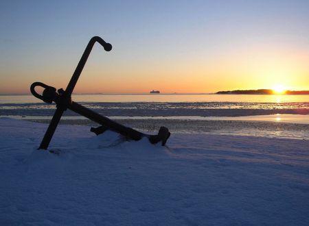 La p�rdida de ancla sobre una nieve, en una puesta de sol