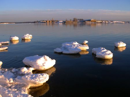 Primavera. Ice deriva en golfo de Finlandia